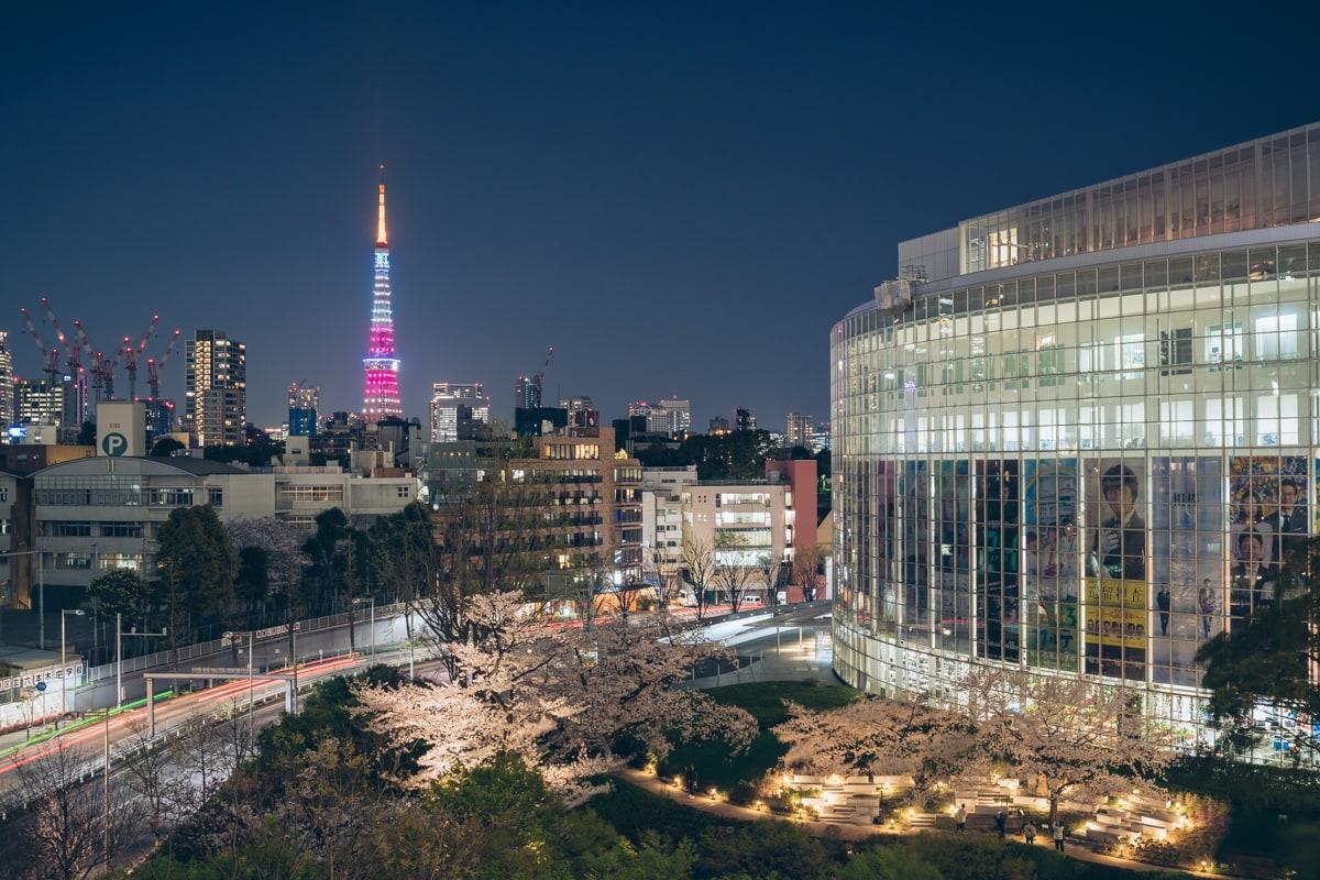 六本木ヒルズプラザ66から毛利庭園と東京タワーを交えて撮影した写真