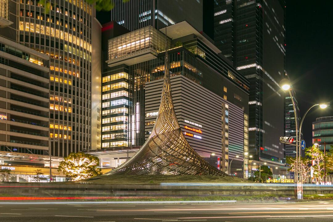 ライトアップされた名古屋駅前のロータリーモニュメント「飛翔」の写真