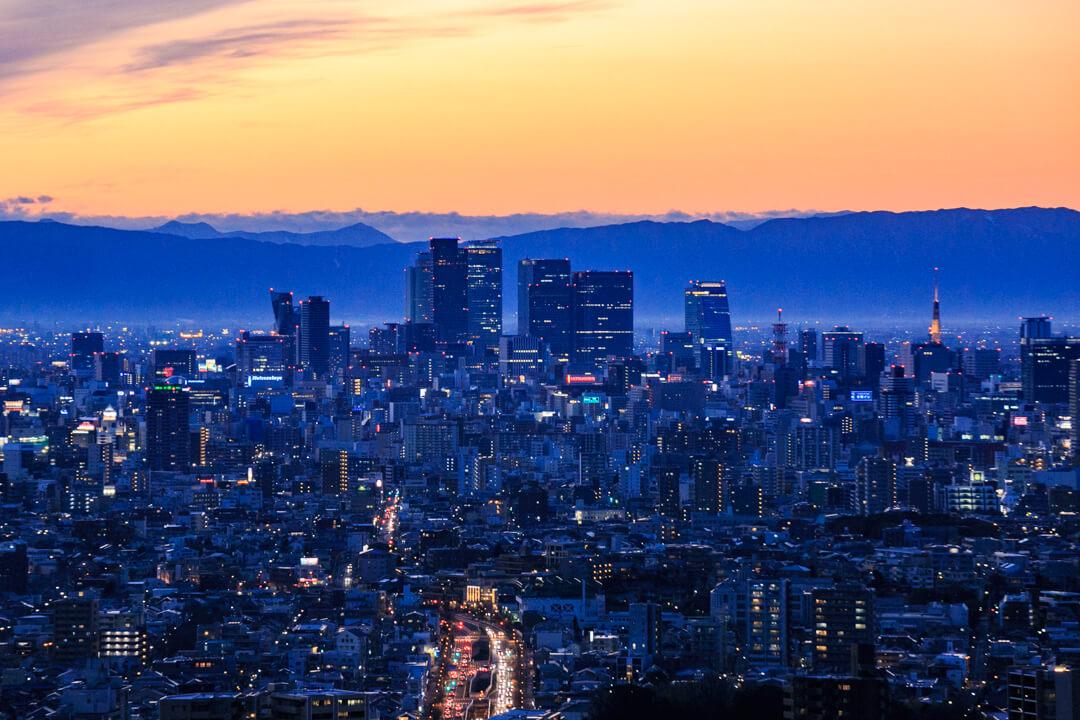 東山スカイタワーから眺める名古屋駅の高層ビル群とテレビ塔の写真