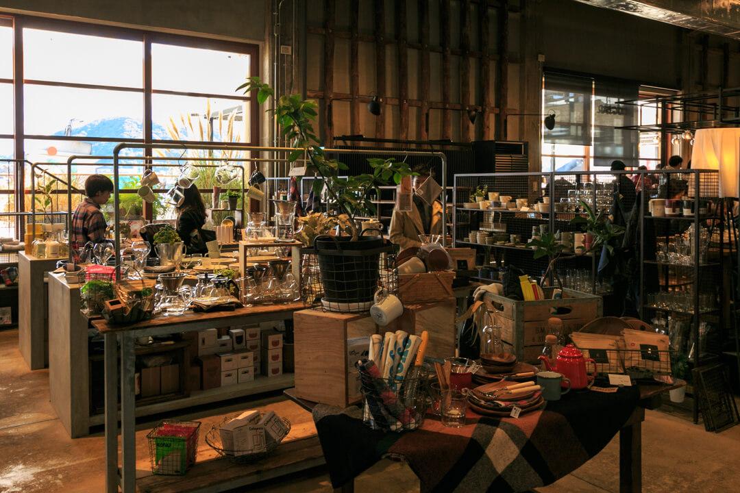 尾道U2のshima shop内にあるオリジナルのマスキングテープとタンブラーの写真