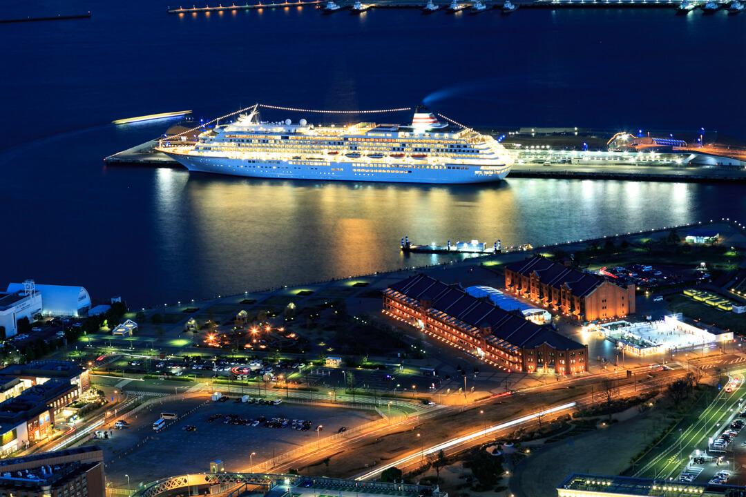 横浜ランドマークタワーから撮影した赤レンガ倉庫と大さん橋の写真