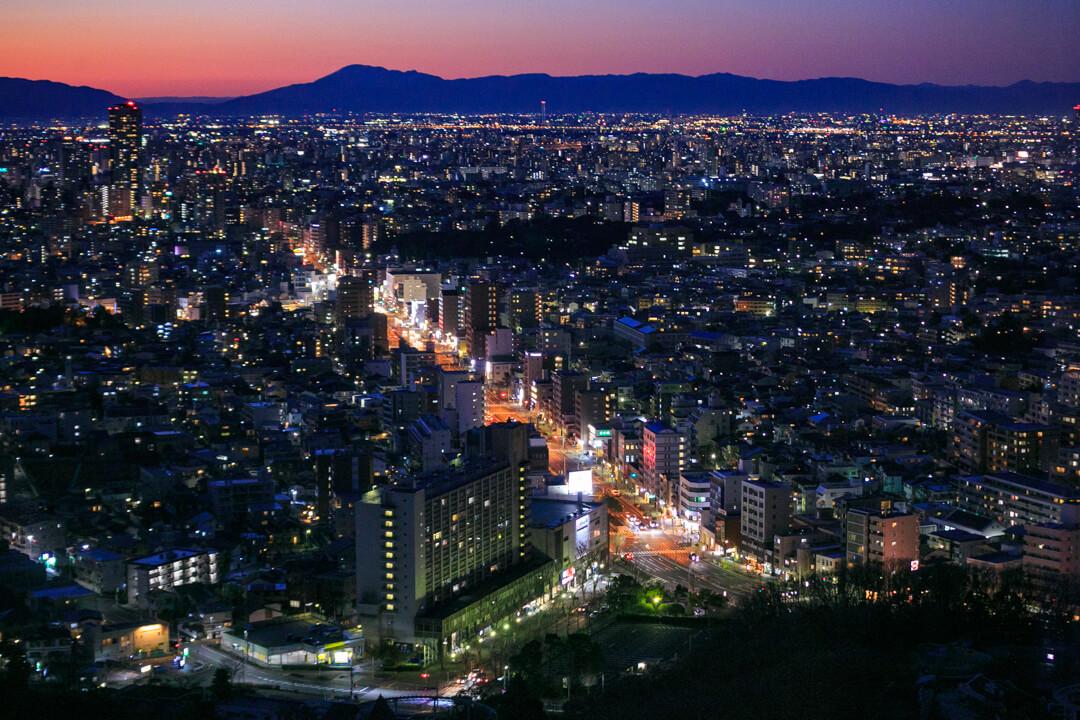 東山スカイタワーから眺める道路の写真