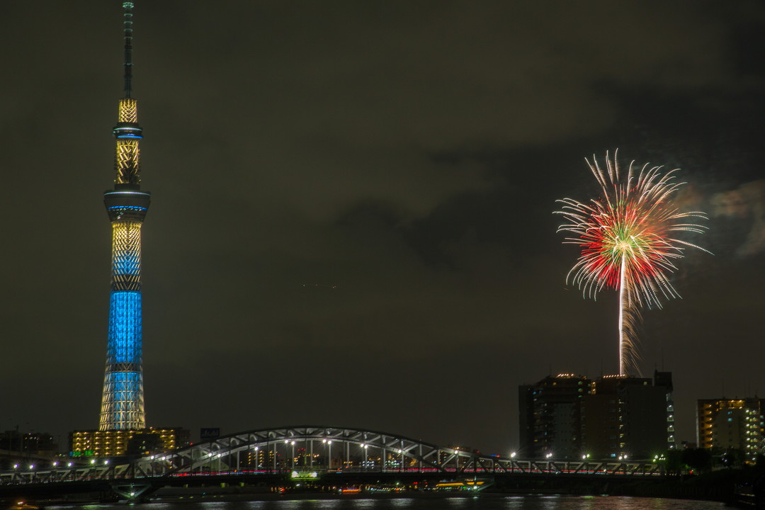 汐入公園から撮影した東京スカイツリーと花火の写真