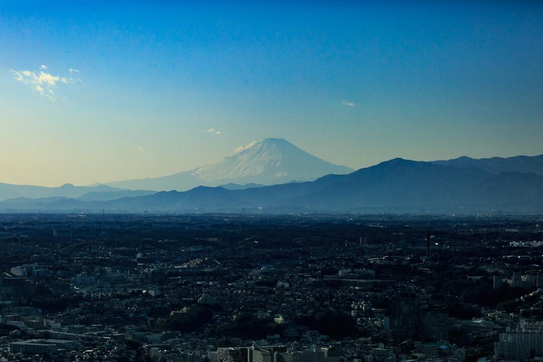 横浜ランドマークタワー西側から撮影した富士山の写真