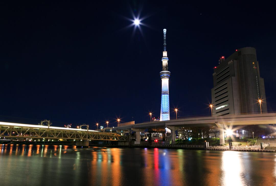 隅田川テラスから撮影した東京スカイツリーの写真