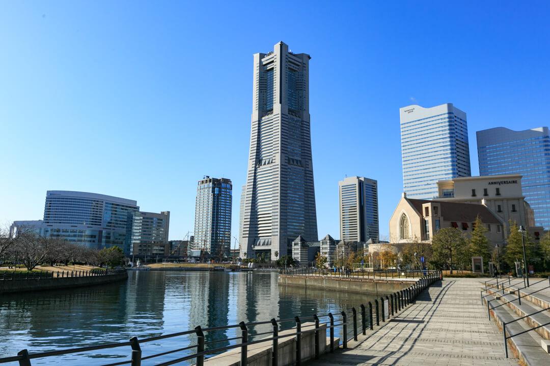 横浜ランドマークタワーの外観を撮影した写真