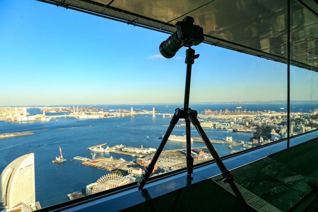 横浜ランドマークタワーで三脚を使用している様子を撮影した写真
