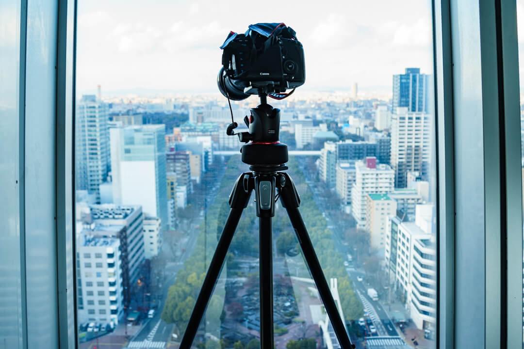 名古屋テレビ塔のスカイデッキで三脚を使用する様子を撮影した写真