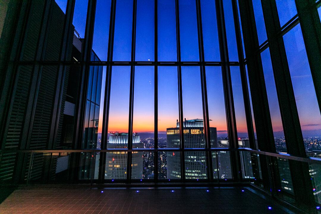 トワイライトタイムのミッドランドスクエア「スカイプロムナード」の様子を撮影した写真