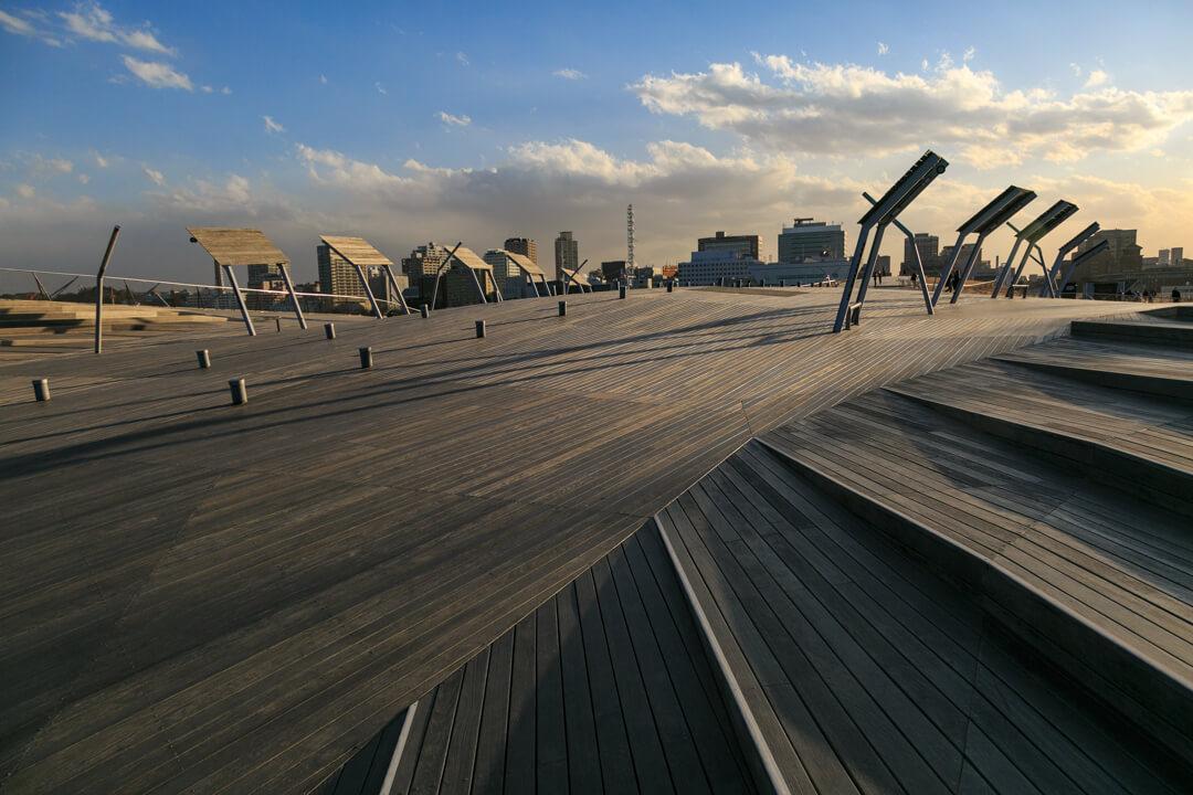 夕日に染まる横浜港大さん橋国際客船ターミナルの屋上デッキの写真