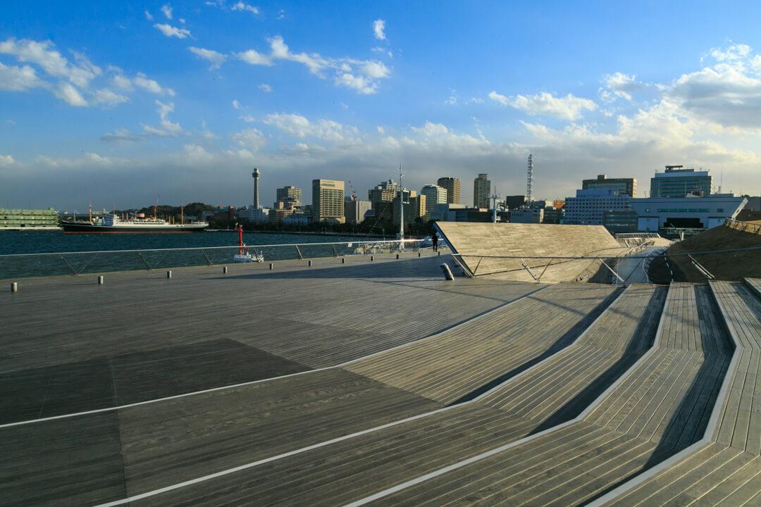 大桟橋から望む横浜マリンタワーの写真
