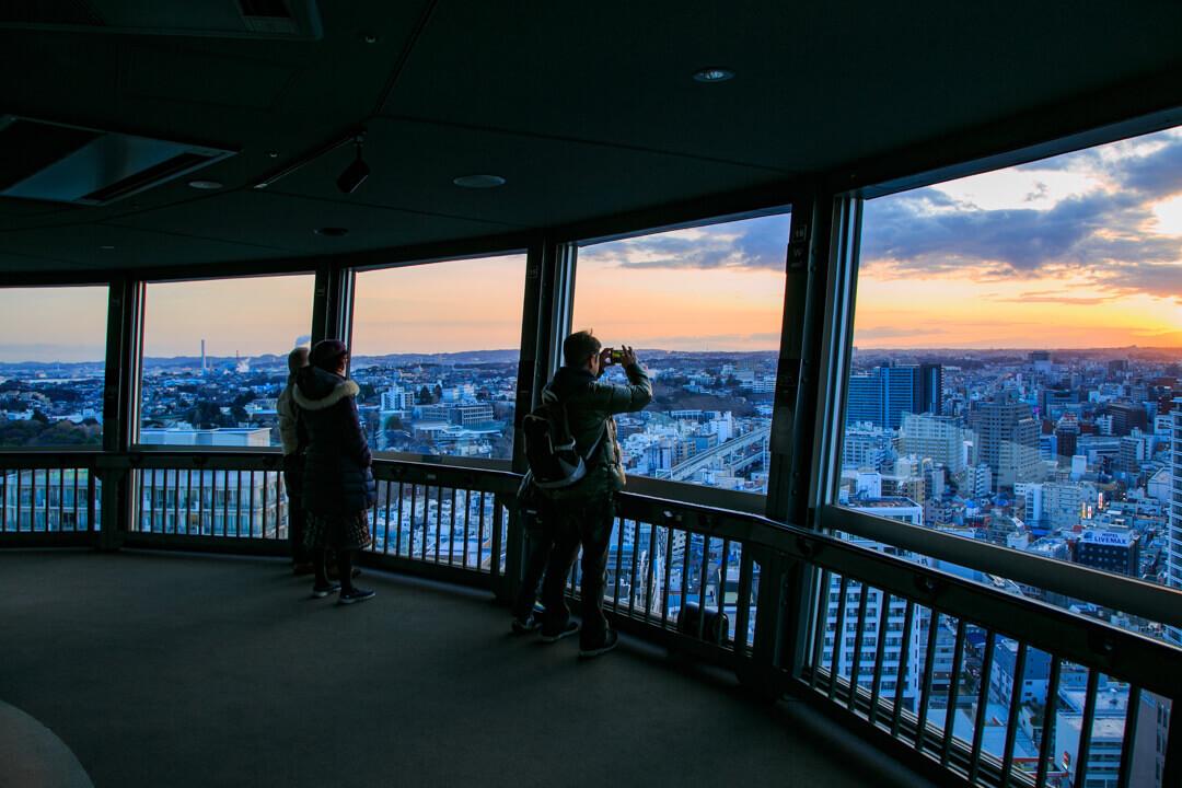 横浜マリンタワー展望フロアの様子を撮影した写真