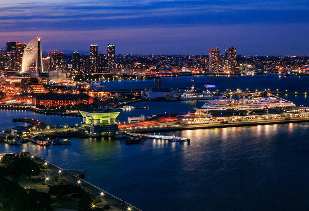 横浜マリンタワーから撮影した横浜港大さん橋国際客船ターミナルの写真