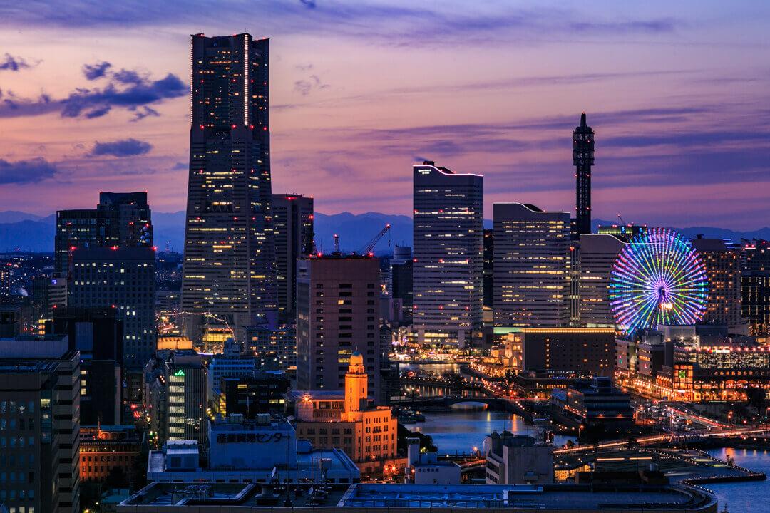 横浜マリンタワーから撮影した横浜ランドッマークタワー・クイーンの塔・万国橋の写真