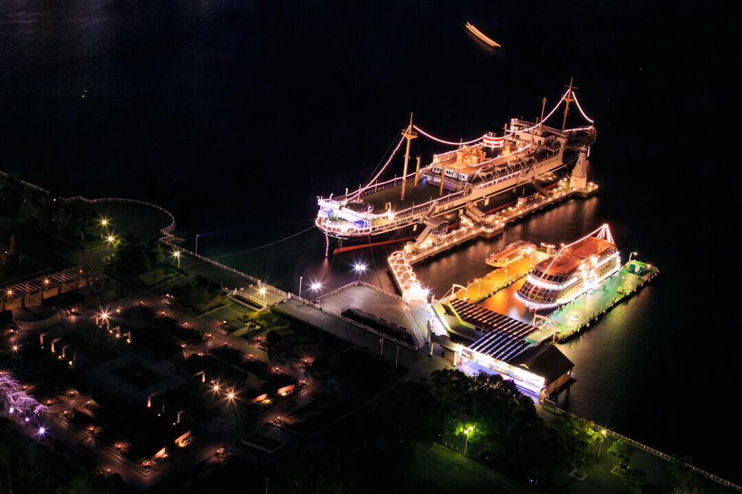 横浜マリンタワーから撮影したライトアップされた日本郵船氷川丸の写真