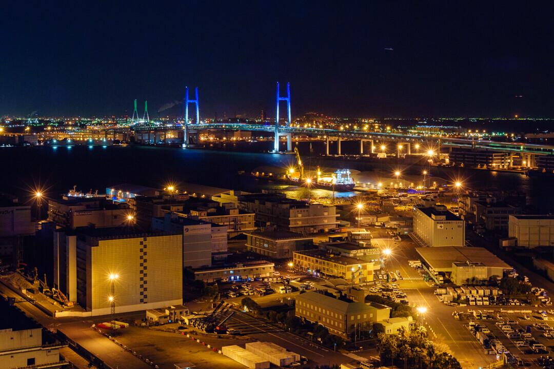 横浜マリンタワーから撮影した横浜ベイブリッジの夜景