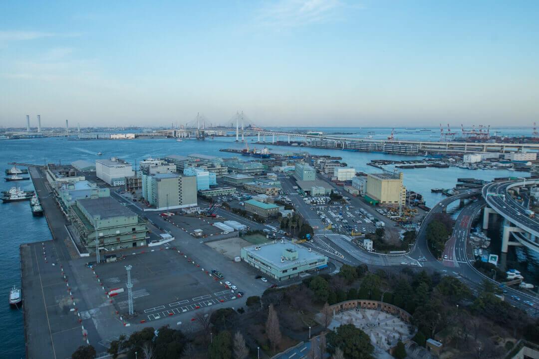 横浜マリンタワーからみた横浜ベイブリッジと山下埠頭の写真
