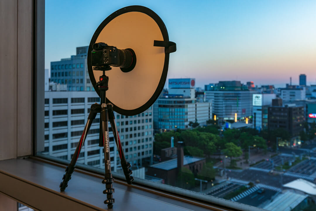 愛知芸術文化センター展望回廊に三脚を立てている様子を撮影した写真