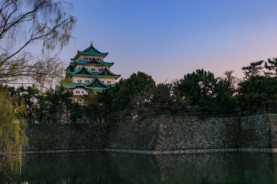 名城公園南西部から撮影した名古屋城の写真