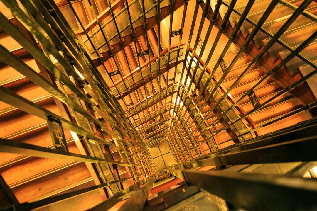 名古屋城天守閣にあるらせん階段の写真