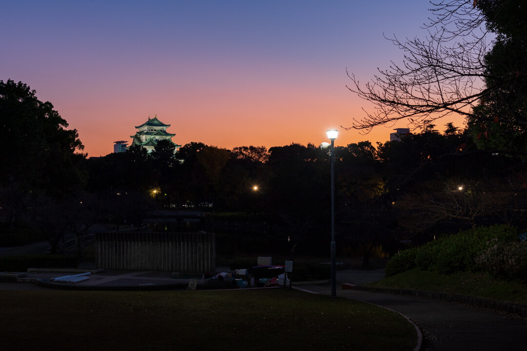 名城公園御深井池から撮影した名古屋城の写真