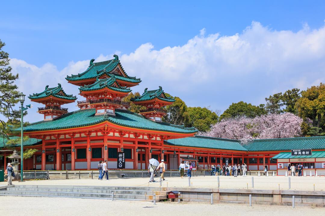平安神宮と桜の写真