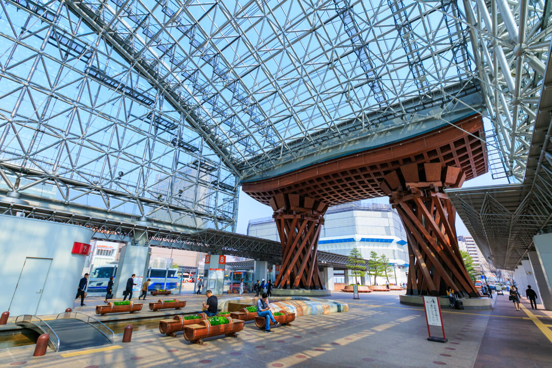 JR金沢駅と鼓門の写真