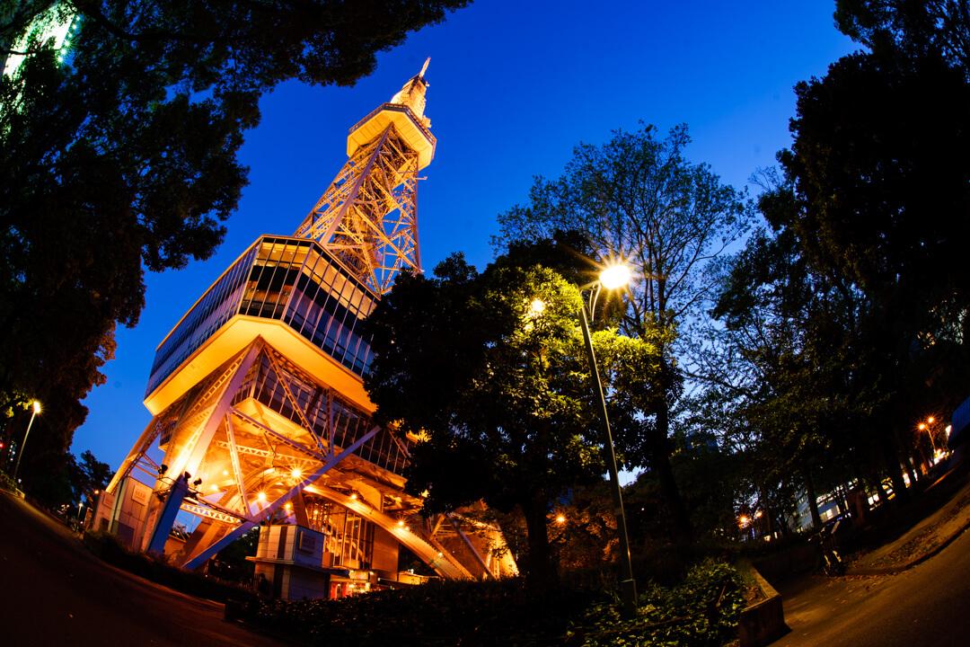 魚眼レンズで背の高い建物を見上げて撮影した作品例の写真