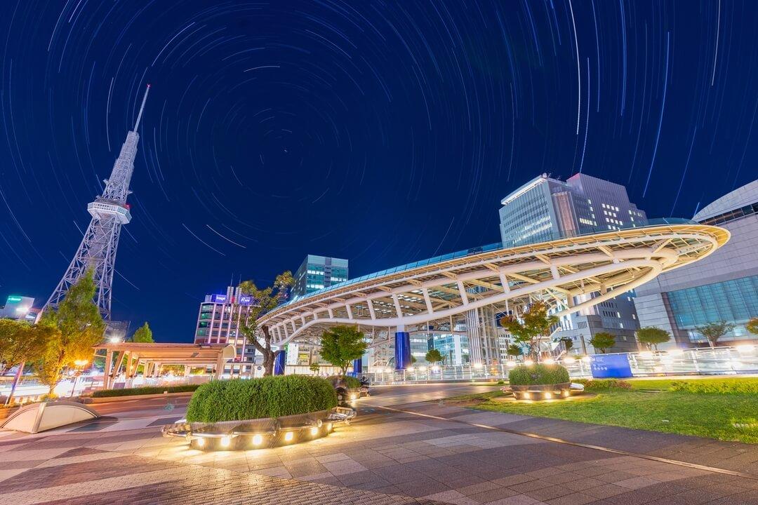 オアシス21と名古屋テレビ塔の間に北極星が入る構図で撮影した星の軌跡写真