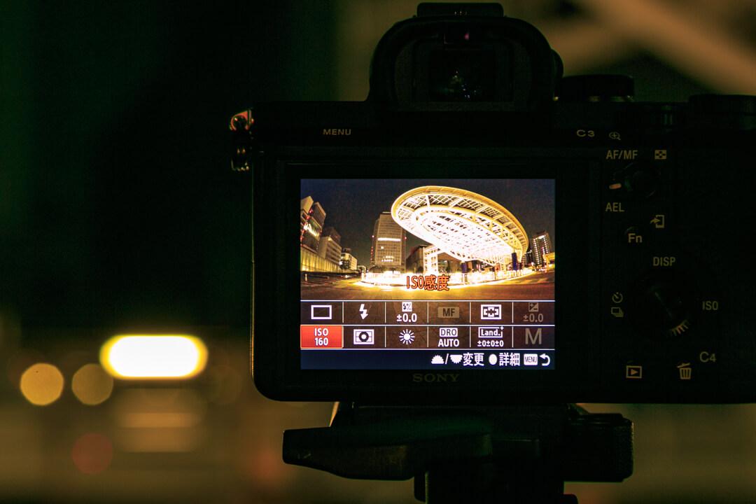 シャッタースピード、ISO値、F値を設定している画面の写真