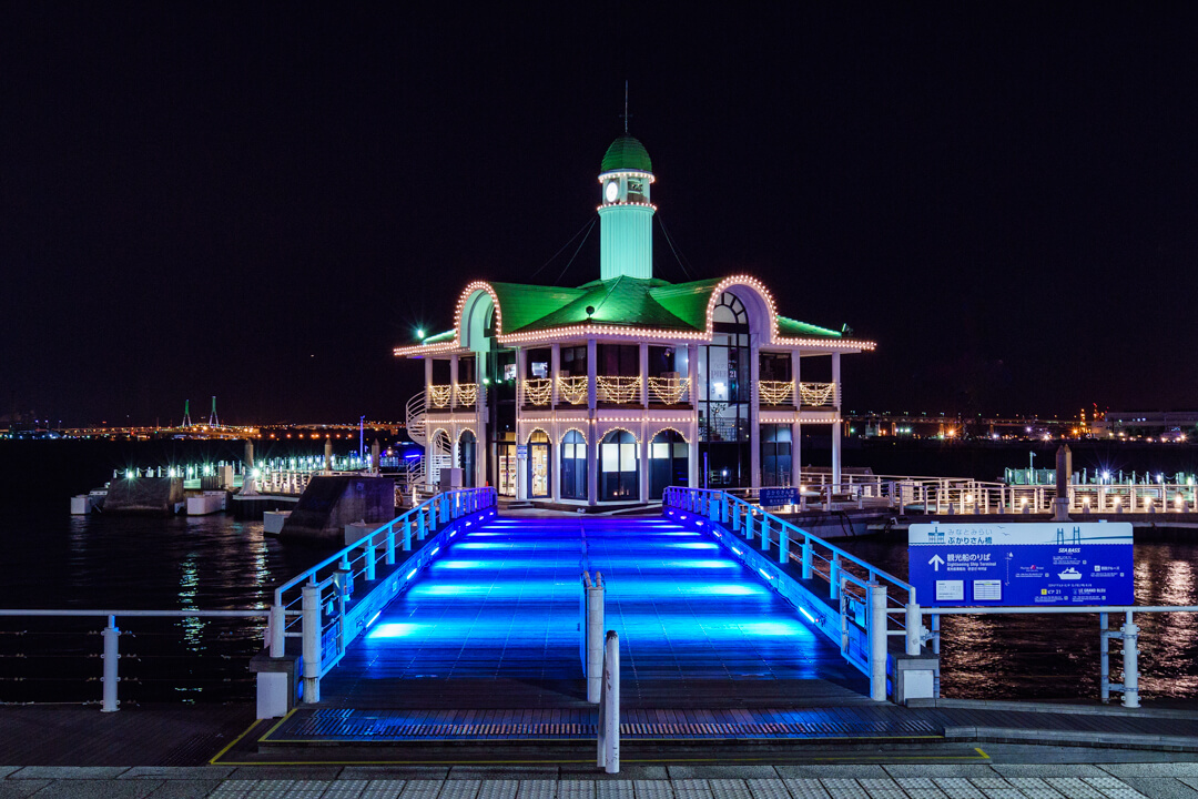 ライトアップされたぷかり桟橋の写真