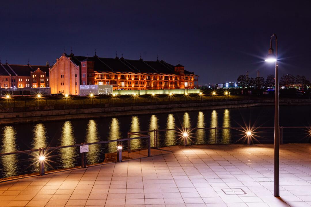 ライトアップされた赤レンガ倉庫の写真