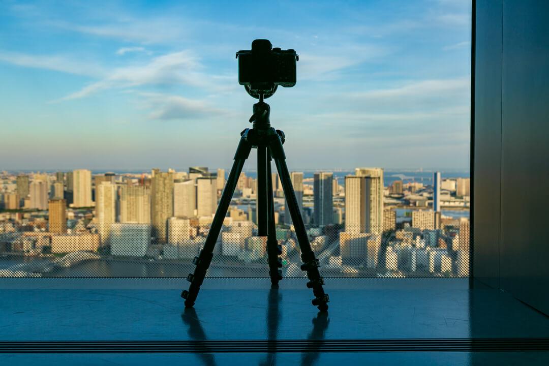 カレッタ汐留の展望台で三脚を使っている写真