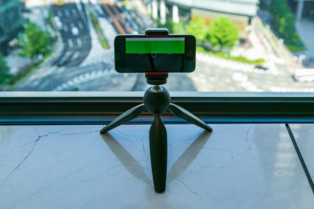 iphoneのコンパスアプリを使って水平を保てているかを確認している様子を撮影した写真