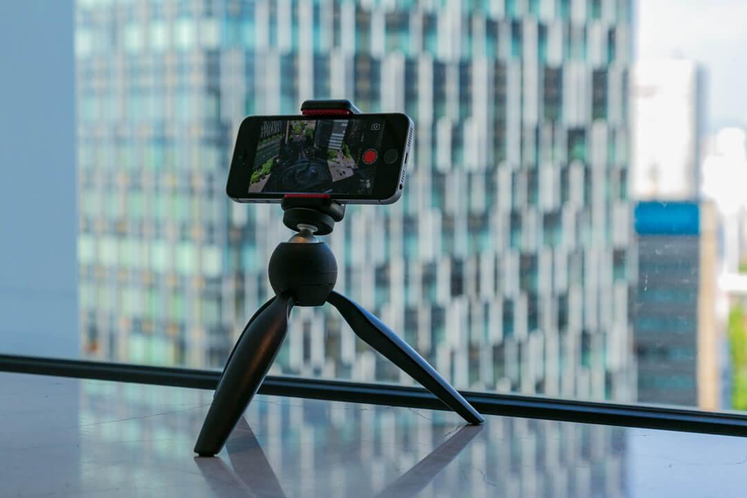 ミニ三脚でiphoneを固定している様子を撮影した写真