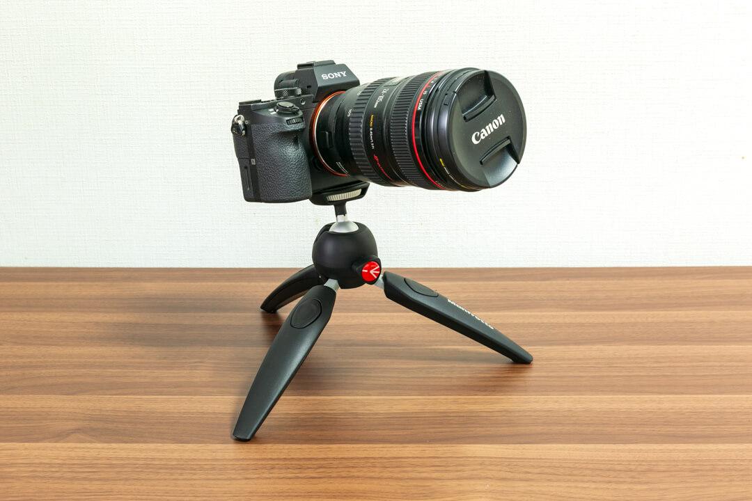 「PIXI EVOにフルサイズ一眼レフカメラを載せている写真