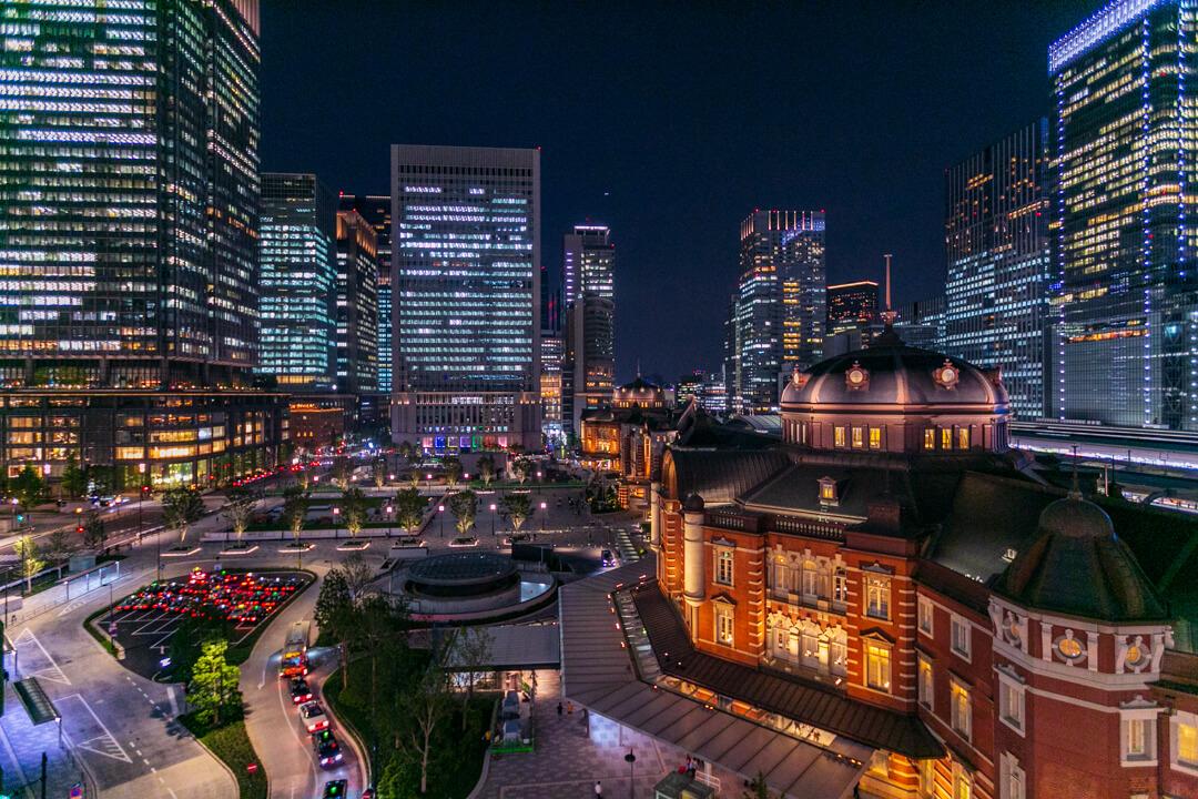 東京駅とビル夜景を撮影した写真