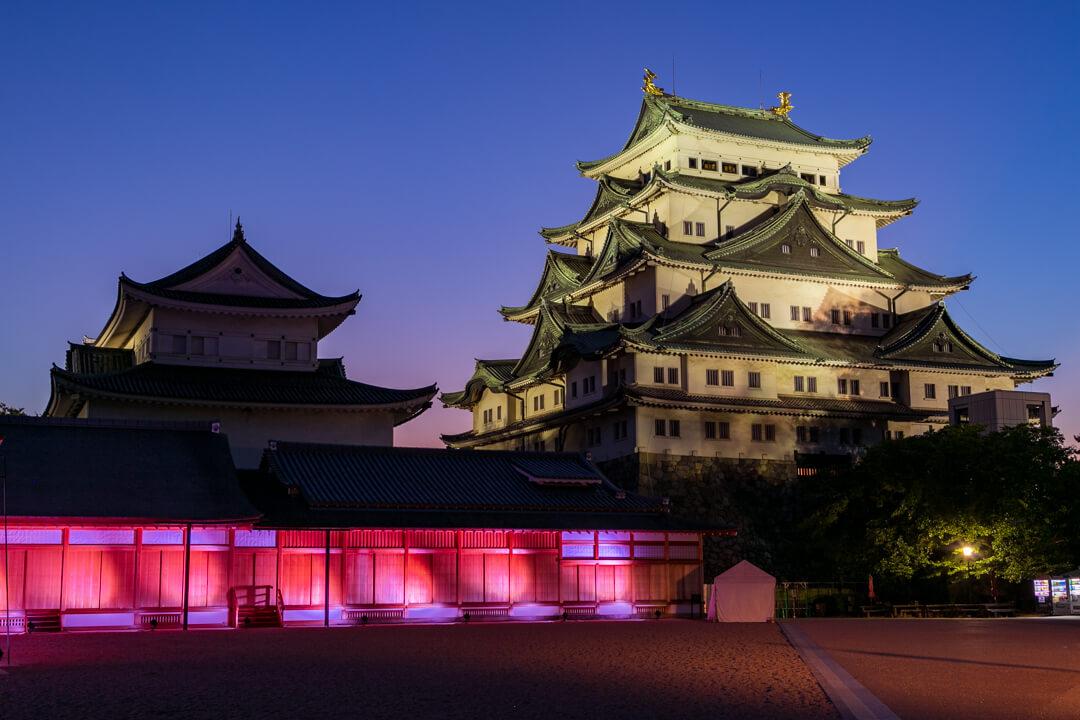 ライトアップされた名古屋城天守閣の写真