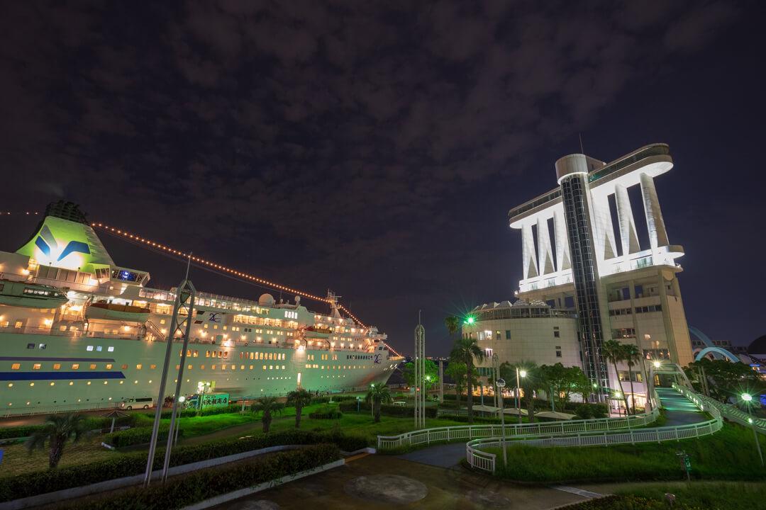 ガーデンふ頭臨港緑園から撮影した豪華客船の写真