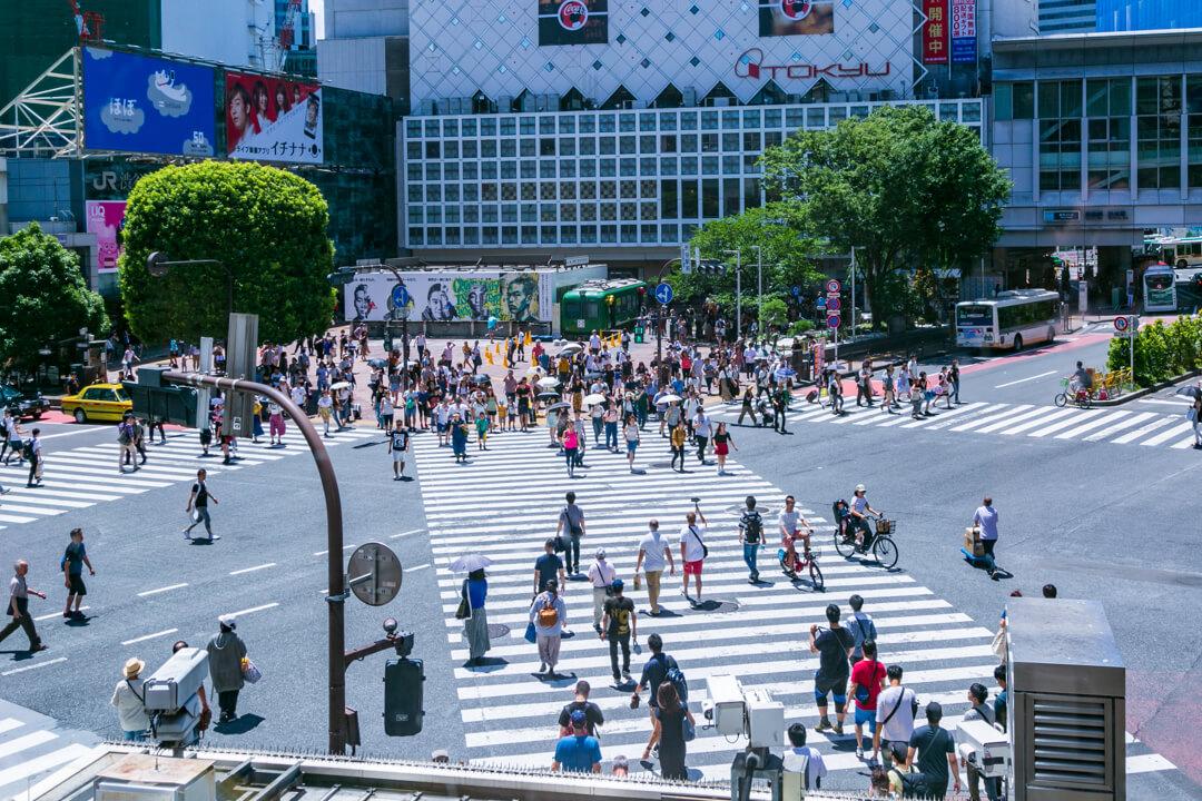 スターバックスコーヒー SHIBUYA TSUTAYA店から眺める渋谷スクランブル交差点の写真