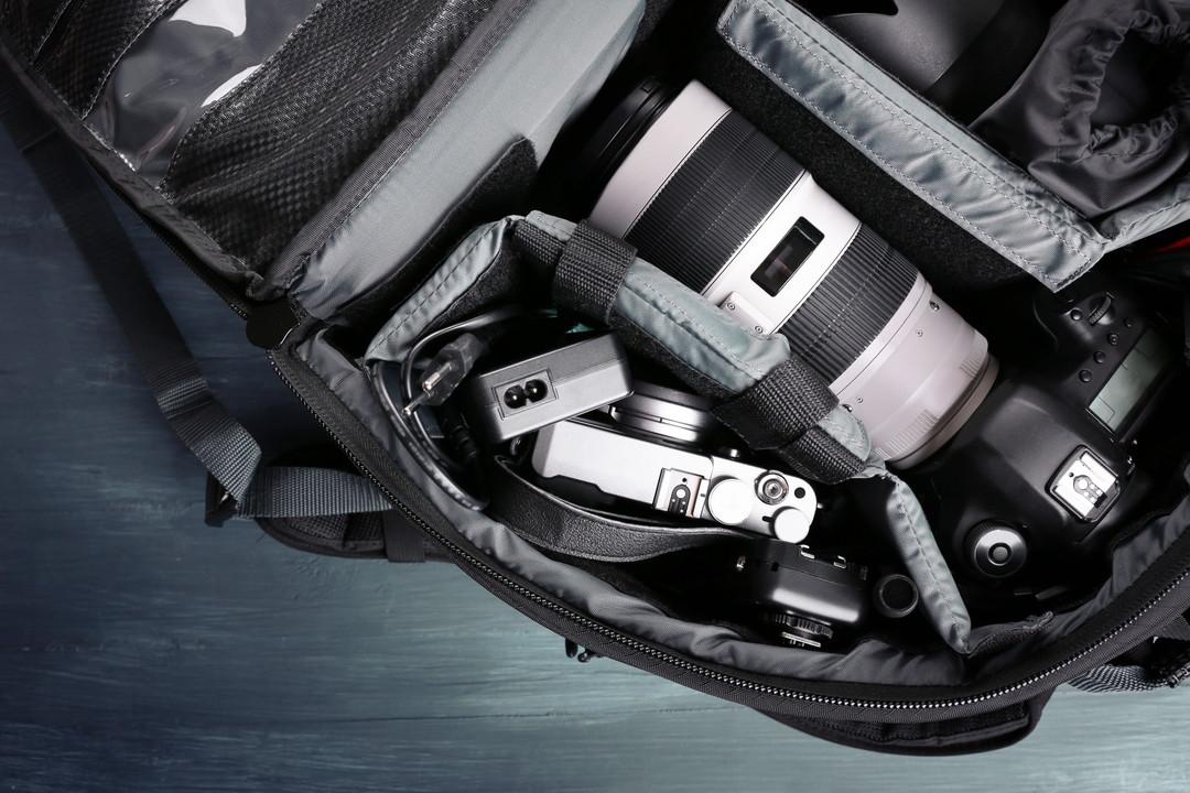 カメラバッグに収納されている撮影機材の写真
