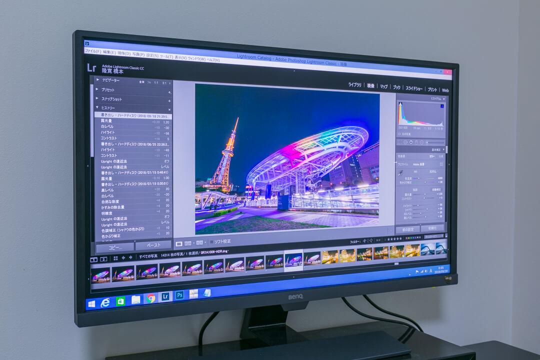 BenQの「EW3270U」でlightroomを編集している様子を撮影した写真