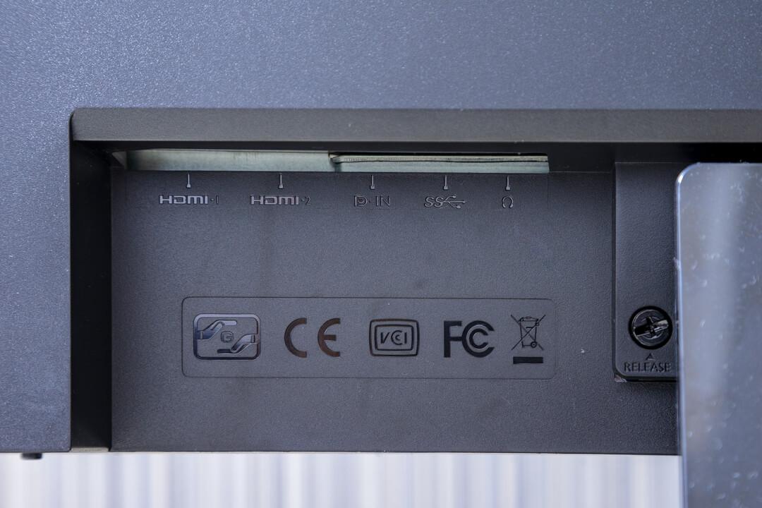 BenQの「EW3270U」の入力端子の写真