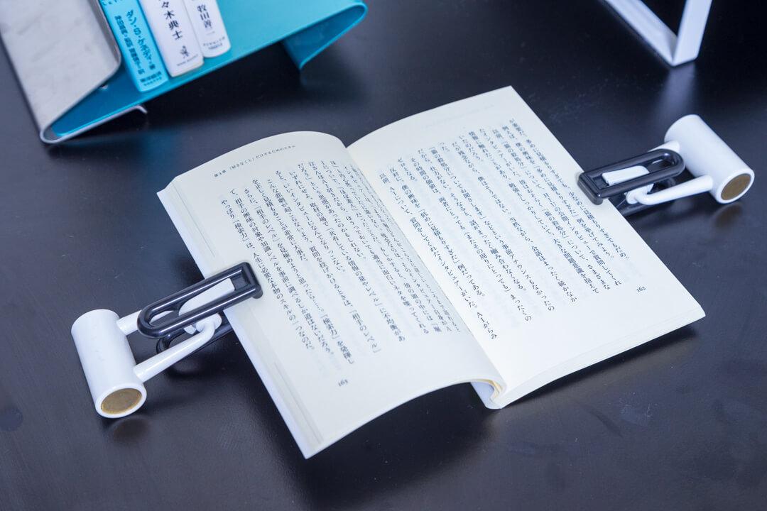 PCデスク周りの便利グッズ・ブッククリップの写真