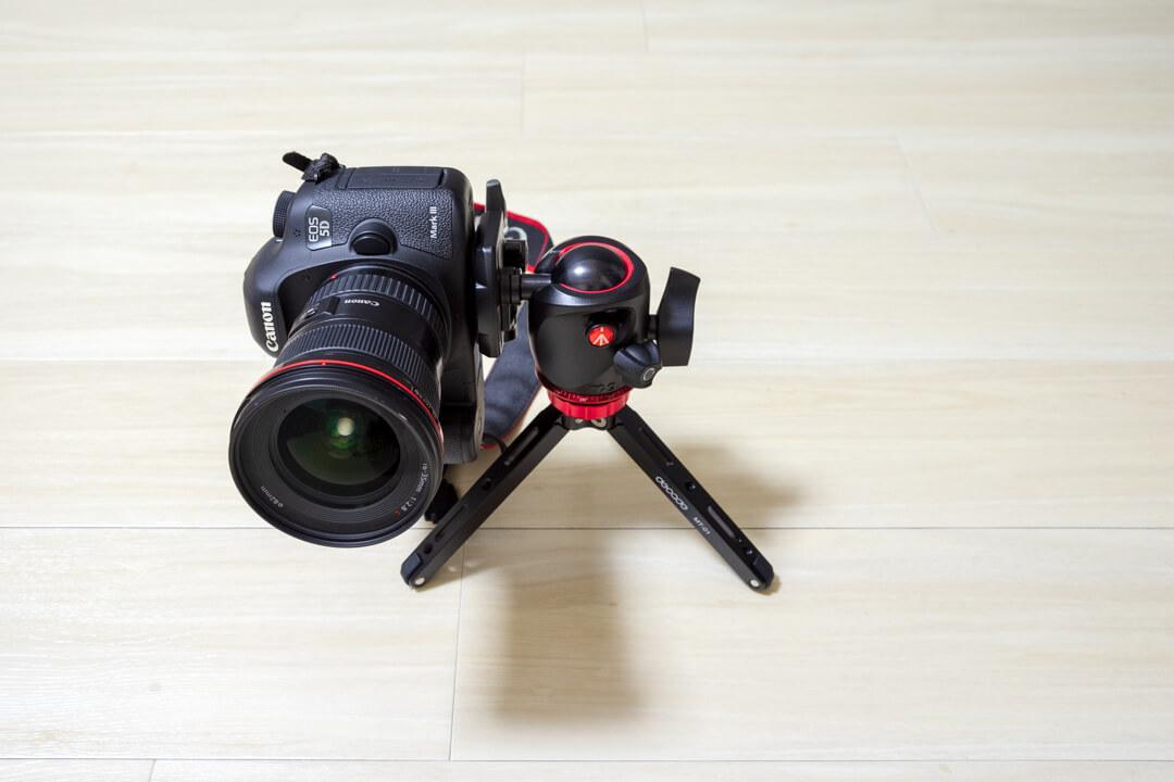 DECADEの卓上三脚にフルサイズ一眼レフカメラを載せてみた写真