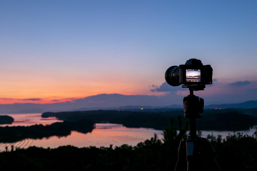 ともやま公園から英虞湾を撮影するカメラと三脚の写真