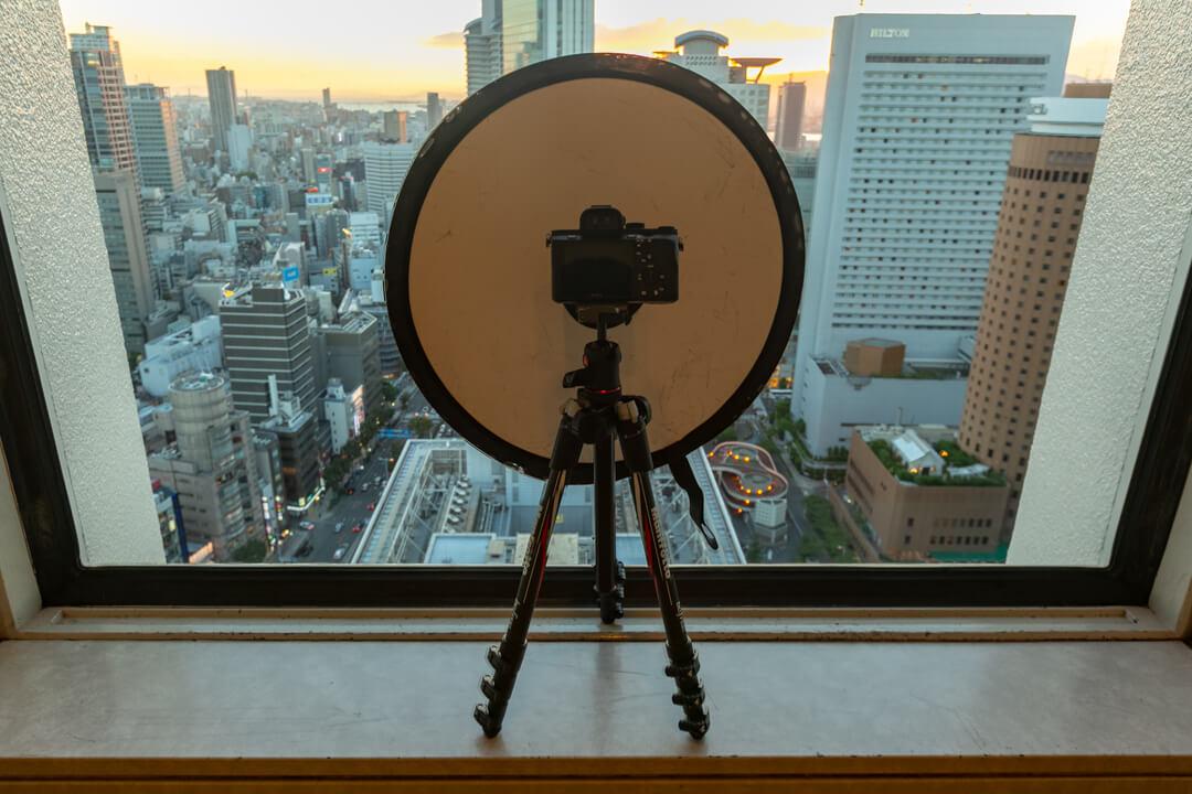 大阪駅前第3ビルの展望台に三脚を置いている様子を撮影した写真