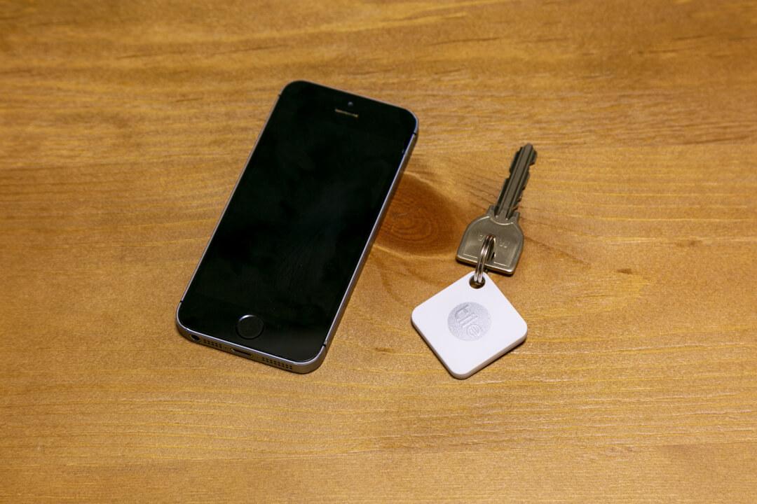 スマートフォンとTileMateの写真
