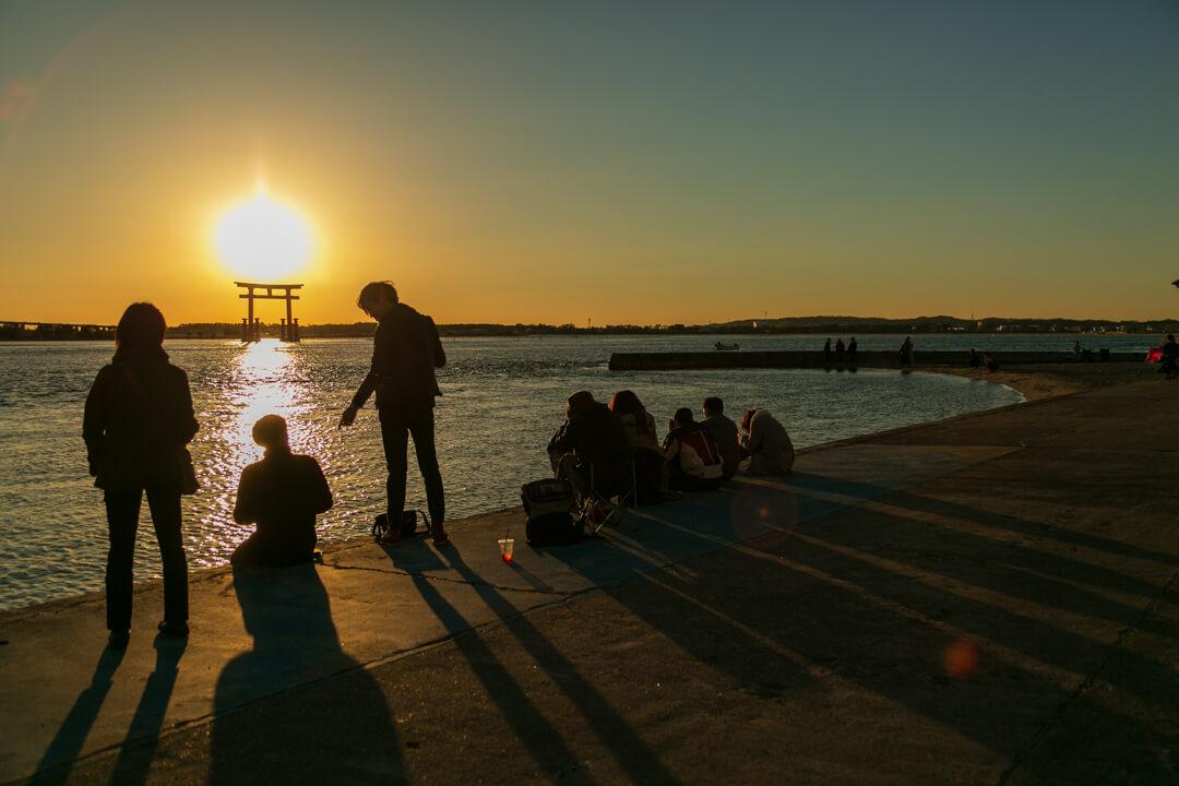 弁天島海浜公園の夕日を撮るために集まったカメラマンの写真