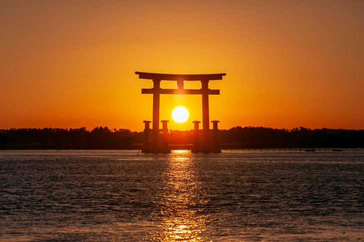弁天島海浜公園の鳥居に沈む夕日を撮影してきた。